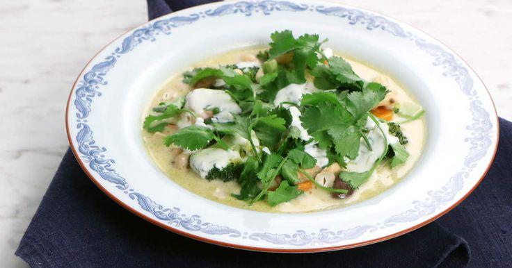 En krämig laxgryta med smaker från det asiatiska köket - grön curry, kokosmjölk och koriander.