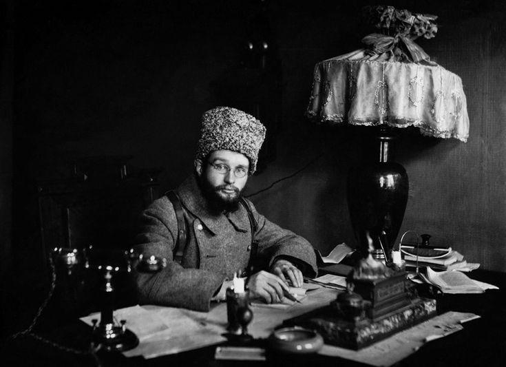 Красный командир в новом кабинете - История России в фотографиях
