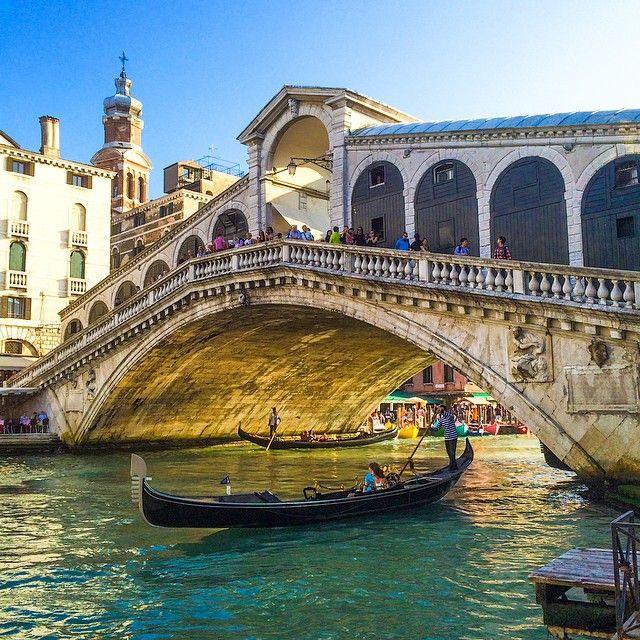 The Rialto Bridge showcases Venice in all its glory. Photo courtesy of brianthio on Instagram.