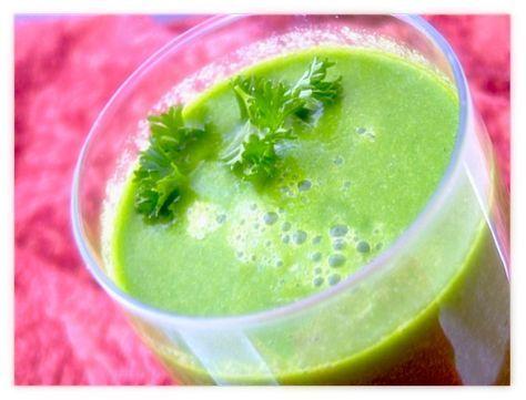 RECEPT VOOR GROENE SMOOTHIE: Wil je de dag krachtig beginnen? Met deze groene smoothie heb je geen koffie meer nodig en is ook nog eens zo voedzaam dat het volstaat als ontbijt! Gezond en efficient dus.