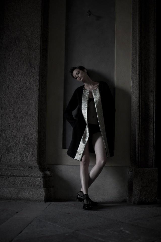 Cappottino in lana con importante inserto oro nella apertura, LAVINIATURRA. Calzino velato, CALZEDONIA. Stringata bicromatica nera/bronzo PREMIATA su SPARTOO.it  http://www.sfilate.it/172112/la-moda-al-maschile-un-tributo-allo-stile-androgino