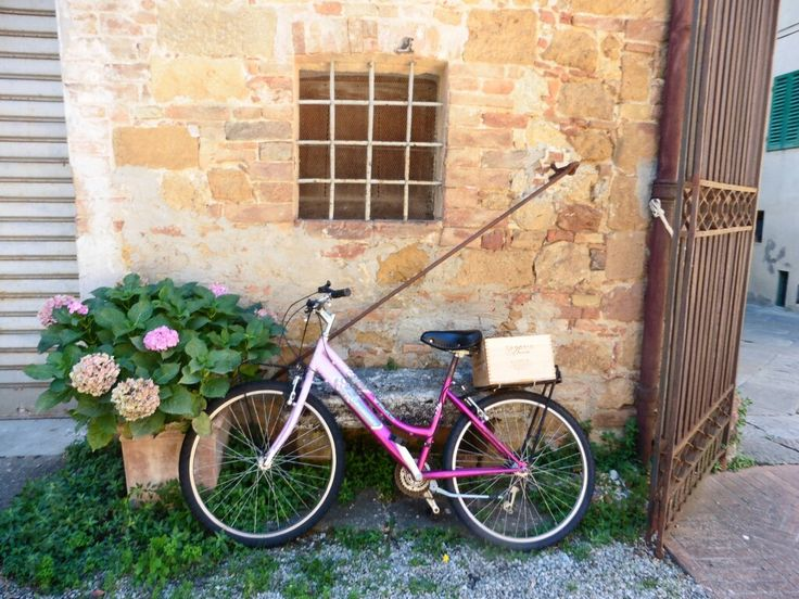 pink bicycle in Pienza