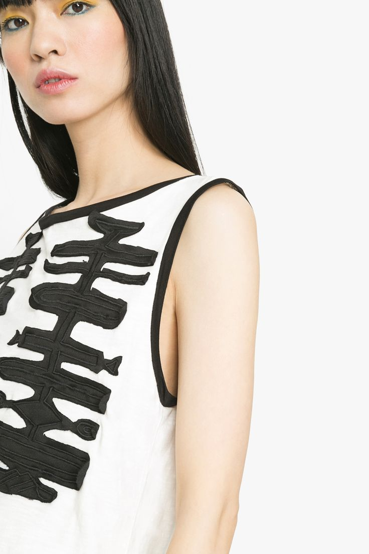 """Who said black and white has to be boring?! Not us! This sleeveless t-shirt from Desigual's """"Gallery"""" collection lays perfect testimony to this."""