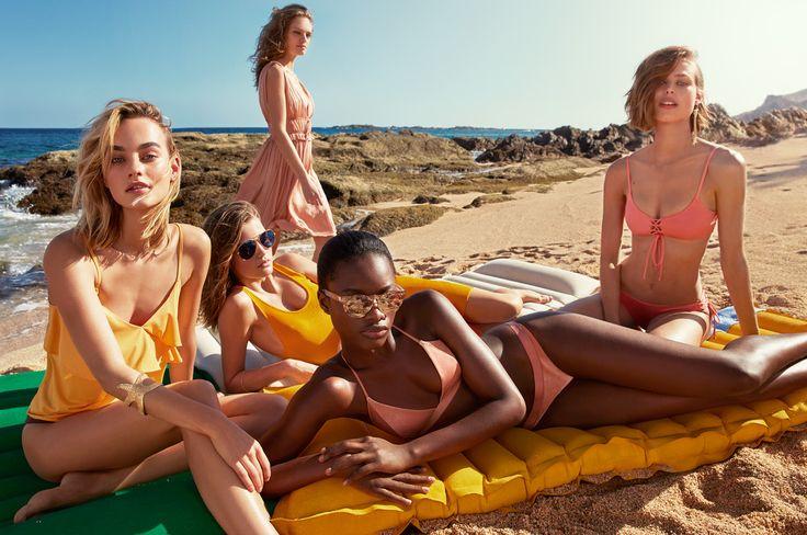 Cattura lo spirito dell'estate con camicie color kaki, abiti leggeri, stampe animalier, costumi e accessori semplici ma chic.