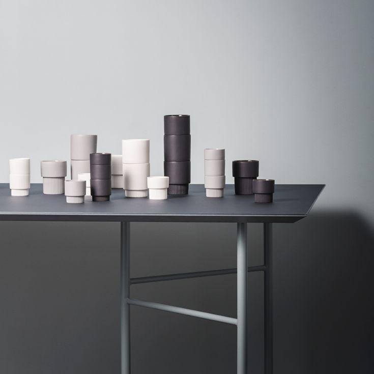 ferm LIVINGs stabelbare Groove sæt med 4 kopper passer sømløst ind i ethvert hjem. Fås i 2 størrelser og 3 farver.