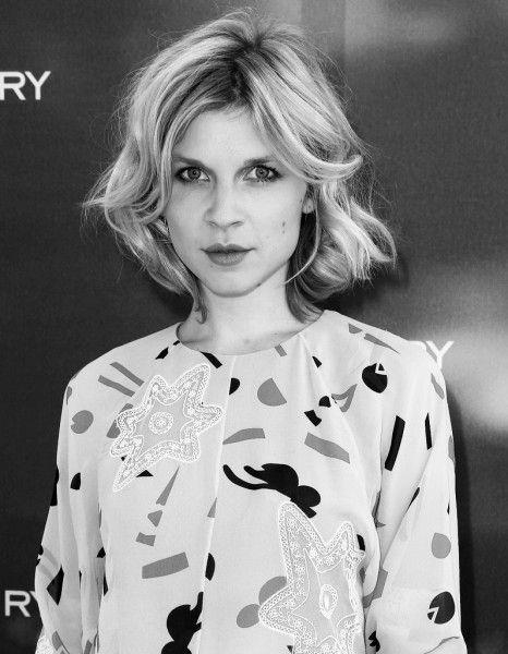 L'actrice française, égérie parfum de Chloé, nous dévoile sa routine beauté. http://www.elle.fr/Beaute/Beaute-des-stars/Astuces/L-interview-vanity-de-Clemence-Poesy-2758904