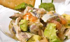 Receta de Ceviche de sardinas 6 sardinas, 1 aguacate,1 tomate,1/2 cebolleta,1 cucharadita de ketchup,zumo de 1 lima,zumo de 1 limón,vinagre,aceite de oliva,orégano,cilantro Desespina las sardinas, saca los lomos y ponlos en una fuente. Vierte el zumo de limón y un buen chorro de vinagre. Tapa y deja marinar durante 15 minutos, escurre y cúbrelas con aceite. Reserva. Pica la cebolleta, el aguacate y el tomate, orégano y cilantro  la lima, el ketchup y el aceite de la marinada y mezcla.