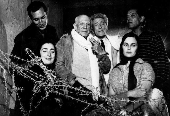 Jacqueline y Pablo Picasso fotografiados con Lucía Bosé (derecha) y Luis Miguel Dominguín (izq. detrás) EFE
