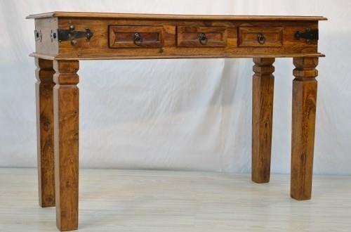 Zgrabna konsola z egzotycznego drewna, zdobiona metalowymi okuciami i wyposażona w 3 praktyczne szufladki: http://bit.ly/1RgJPqI Wymiary: 114 x 45 x 77