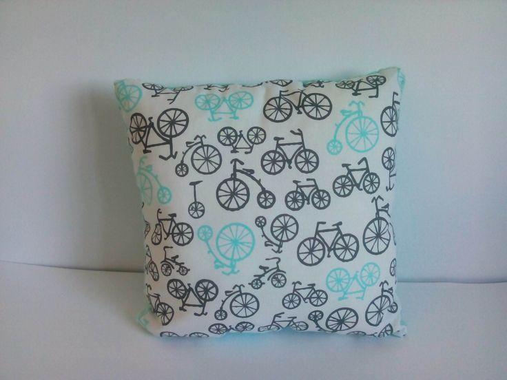 Poduszka biała w rowery na turkusowym minky. Wymiary: ok 35x35cm. Ręcznie wykonane. Materiał strona kolorowa: 100% bawełna organiczna. Materiał strona minky: 100% poliester.