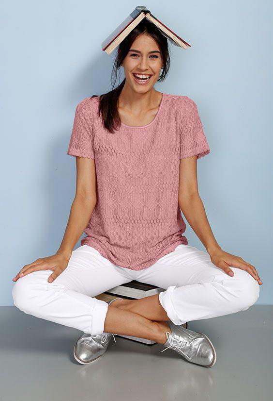 Zart, Zarter, rosa Spitzenshirt. Mehr Romantik und mädchenhafter Charme als mit dem pastelligen Shirt von Laura Kent geht einfach nicht. Gekonnt aufgelockert wird der Look durch Metallic-Elemente und frisches Weiß. #Mode