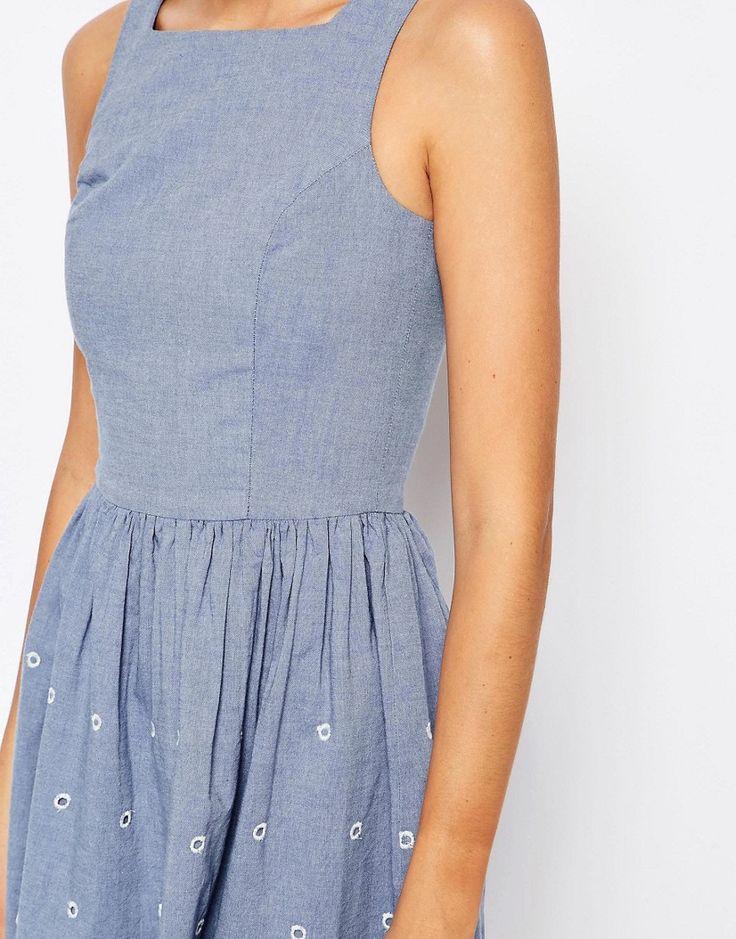 3333 Изображение 3 из Короткое приталенное платье из шамбре с ажурной отделкой Vero Moda Tall
