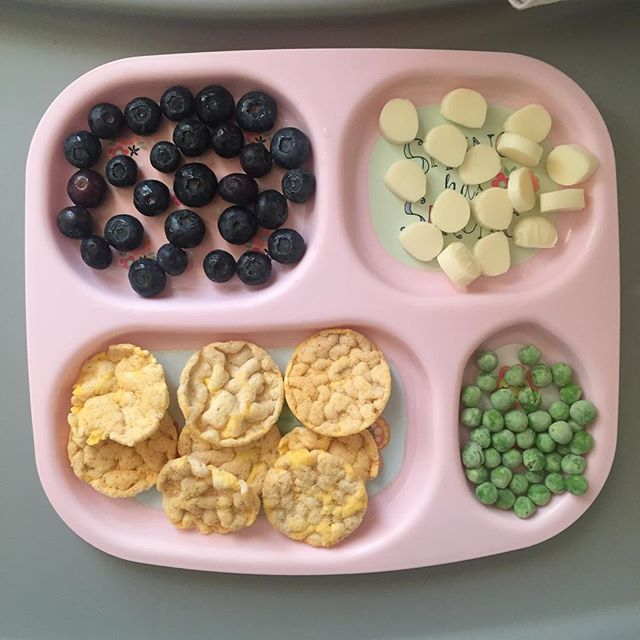 Today's before bed snack for A. We had an early dinner at around 4pm of pasta with chicken franchise. A ate a good amount that has kept her full since then but I don't want to send her to bed without eating anything else. A ate all of her blueberries, half of her ranch crackers and two servings of peas. No cheese. #toddlermeals #toddlermealideas #blw #blwideas #babyledweaning #toddlersnacks #toddlersnackideas #whatmykideats #whatifeedmykid #feedthebelly #17monthsold #teenytinymeals