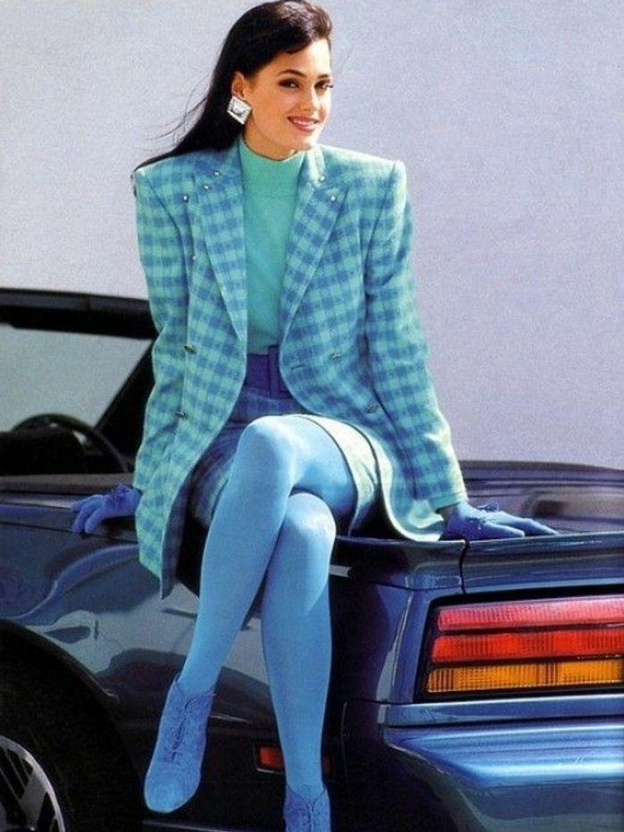 oversized Schulterpolster für Business Damen, kariert, Bluse in Türkisfarbe, blaue Leggings, blaue Schuhe, große Ohrringe