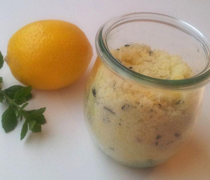 Erfrischung gefällig? Dieses Zitronen-Pfefferminz-Fußbadesalz ist ruck-zuck selbst gemacht und belebt müde Füße! 250g feines Meersalz mit 1 Pkg Natron (ca. 20 g), den Abrieb und Saft einer Bio-Zitrone und 1/2 Handvoll fein geschnittener Pfefferminzblätter vermischen. Für ein Fußbad 3-4 EL Badesalz in warmen Wasser auflösen und die Füße etwa 10 Minuten genüsslich darin baden :-) #Fußbad #zitronen #DIY #Gewusstwie #Meersalz
