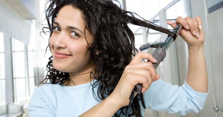 Cómo hacer que el pelo lacio se mantenga rizado. Si tienes el pelo lacio o fino, lo más probable es sea un gran desafío rizar tu cabello y, aún más complicado, hacer que dure todo el día. Pero con las herramientas y los productos adecuados, podrás lograr que los rizos permanezcan por mucho más tiempo en tu cabello super fino.