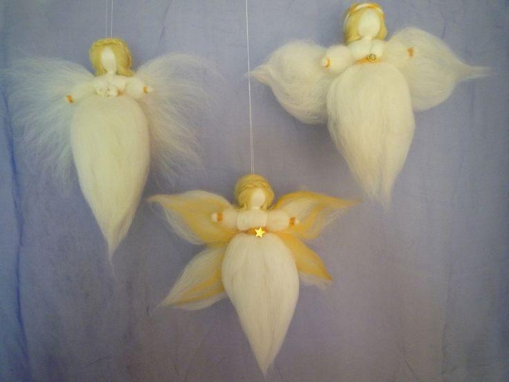 Ein Engel, der aus gefärbter Wolle trocken (das bedeutet mit einer Filznadel) hergestellt wird. Es ist möglich in einen Karton bis zu 4 Engel/Feen ...