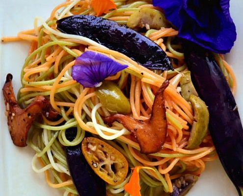 Esta ensalada fría incluye gran variedad de delicias. Setas, Chanterelle incluyendo, aceitunas Lucques, y guisantes de nieve y púrpura Kumquat.