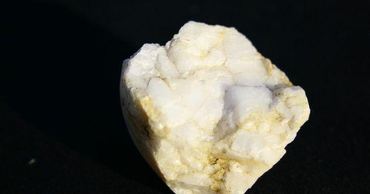 Como encontrar prata em quartzos. A prata é um metal que pode permanecer estável quando exposto ao ar ou à água. A prata esterlina, uma mistura de prata e cobre, é a mais usada na fabricação de jóias e talheres. Depósitos de prata também podem ser encontrados em partes soltas de quartzo, que é um mineral facilmente encontrado. Pode ser difícil identificar o que é realmente prata e ...