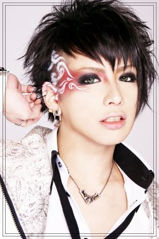 Chobi from Visual Kei band DIV.  Love the makeup/stencil leading to the shaved patch idea. Miny hair could just be pinned back flat then stencil spray onto my hair and temples