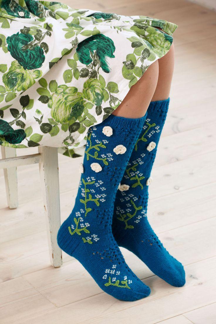 Handarbetsglädje när den är som bäst! Du stickar strumporna, virkar blommorna och broderar det spirande gröna.