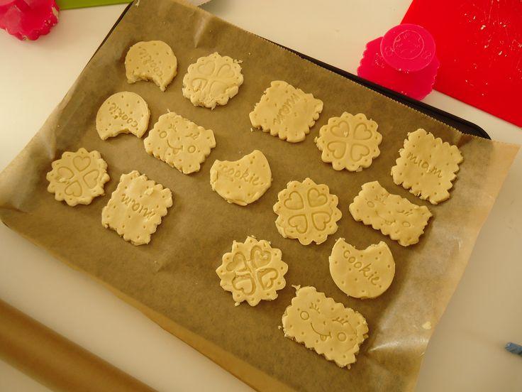 Koekjes bakken met uitsteekvormpjes van de action: 150 gram bloem, 50 gr. basterdsuiker, zout en 100 gr. koude boter. 20 min. op 175 graden in de oven. De vormpjes hebben een handig uitdruksysteem waardoor het voor kleine kinderen heel eenvoudig is om zelf koekjes uit te steken. Succes verzekerd!