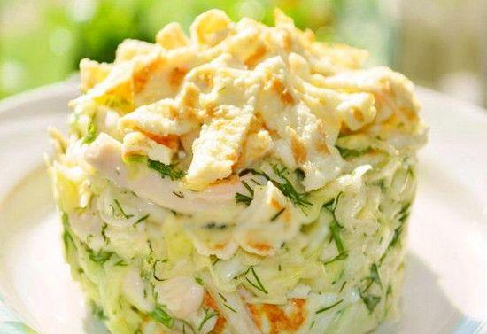 Свежий и аппетитный салат с капустой и яичными блинчиками не оставит никого голодным.