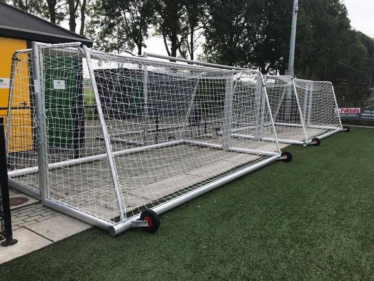 Onze JVD180-serie voetbaldoelen voor uw pupillen. 5 x 2 meter. Deze voetbaldoelen hebben we uitgevoerd met geïntegreerd gewicht in de achterbalk, zodat er geen losse verzwaringen nodig zijn. Deze hebben we voor FC Groningen geproduceerd