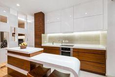 Biała kuchnia na wysoki połysk. Drewno w kuchni