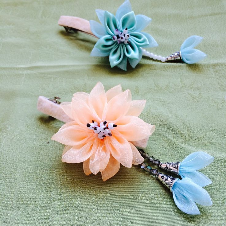 This is a modern kanzashi hairpin made by using traditional flower fording methods.