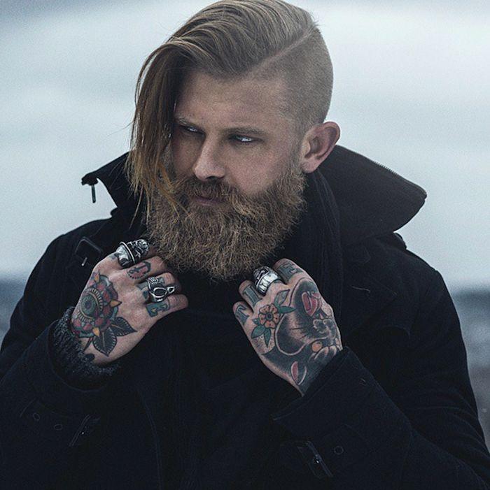 les plus beaux tatouages, bijoux homme, barbe longue, manteau noir, tatouage sur les mains en couleurs