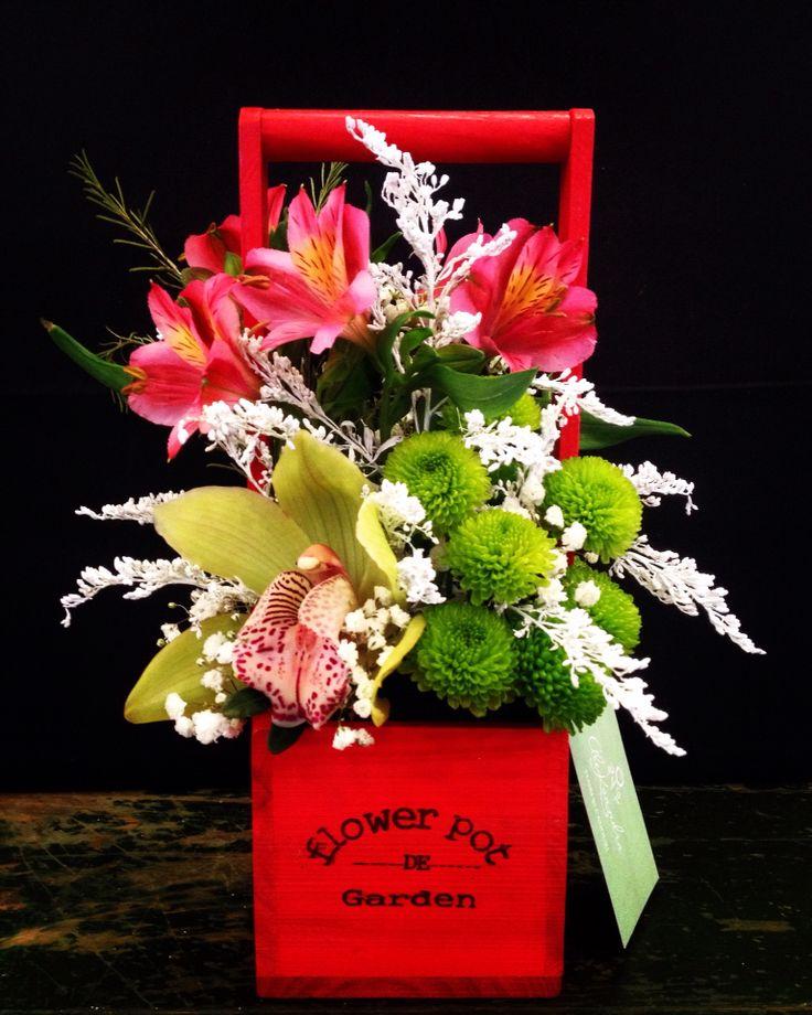 Christmas floral arrangement by Atelier Floristic Aleksandra concept Alexandra Crisan