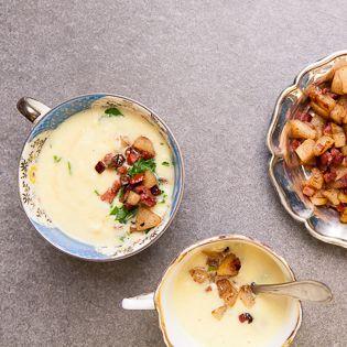 """Der Knollensellerie sieht urig aus und steckt voller Aroma. Er kann Basis einer Suppe sein, aber auch Hauptdarsteller wie hier. Dieses Rezept folgt der Küchenweisheit """"What grows together goes together"""": Erfrischende Zugabe ist Birne, die"""