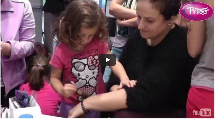 Így köti le a gyerekek figyelmét a csillámtetoválás: testfestés egy játszóházban [VIDEÓ]