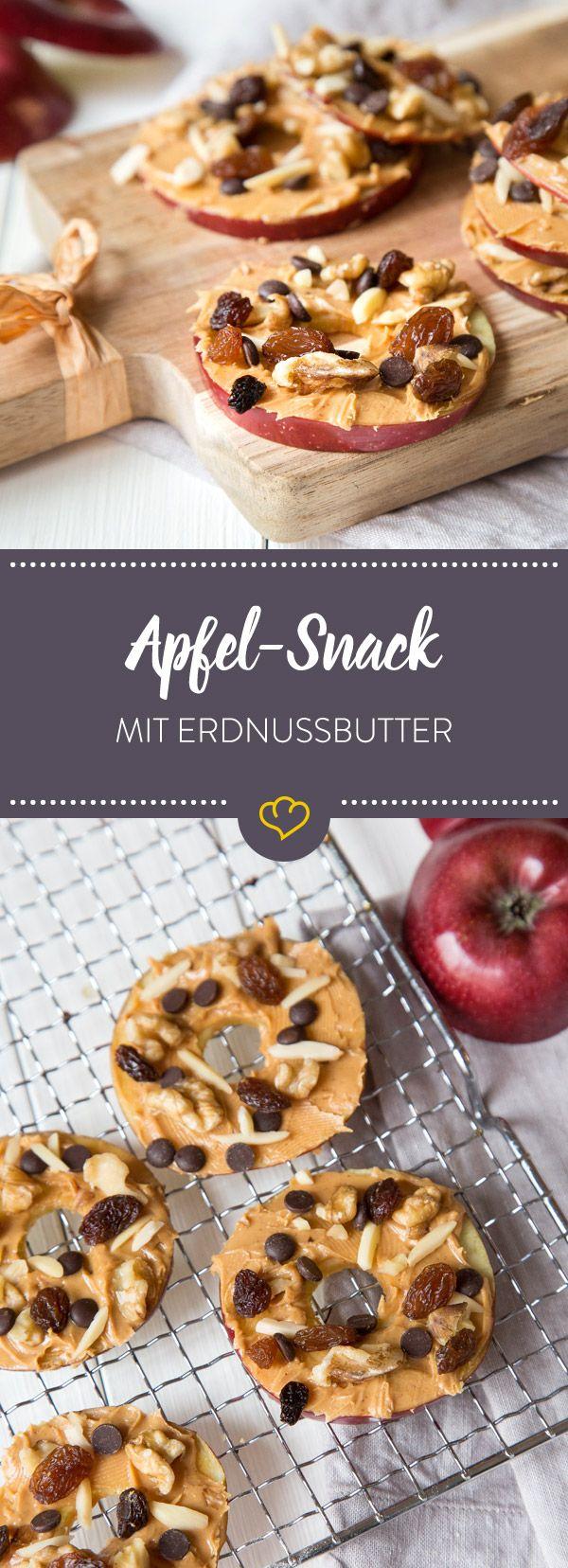 Bereite dir diesen leckeren Apfel-Erdnussbutter-Snack mit Walüssen, Mandelsplittern, Rosinen und Schokodrops zu und du kannst mit gutem Gewissen naschen.