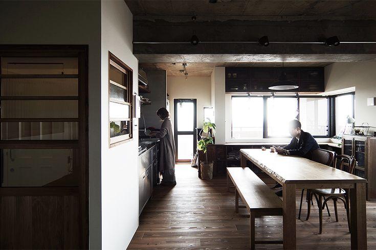 昭和レトロな建具、オーダーのダイニングテーブル。 キッチンはI型で開放的に。  by EIGHT DESIGN