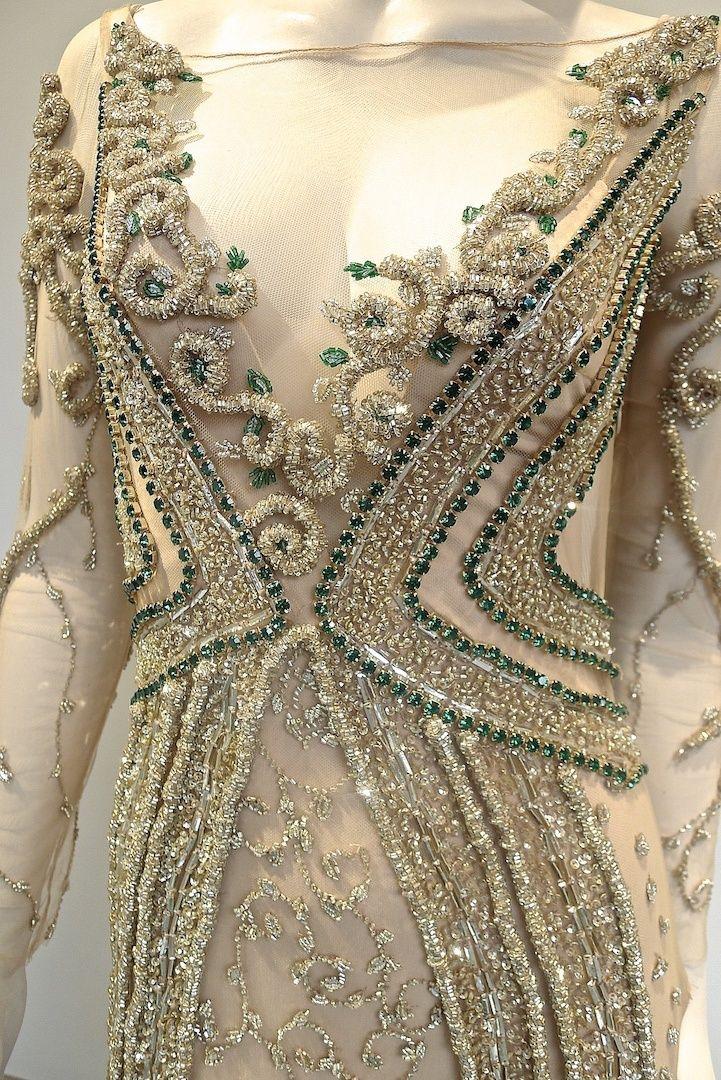 Com caimento perfeito, transparência em lugares estratégicos, valorizando as curvas do corpo, esse vestido da Fabiana Milazzo é para impactar em qualquer festa. Uma cor clássica, o nude, ganha um colorido com detalhes de cristais verdes. Complemente o visual com acessórios dourados ou nude. Com certeza, uma aposta poderosa, difícil conseguir tirar os olhos!
