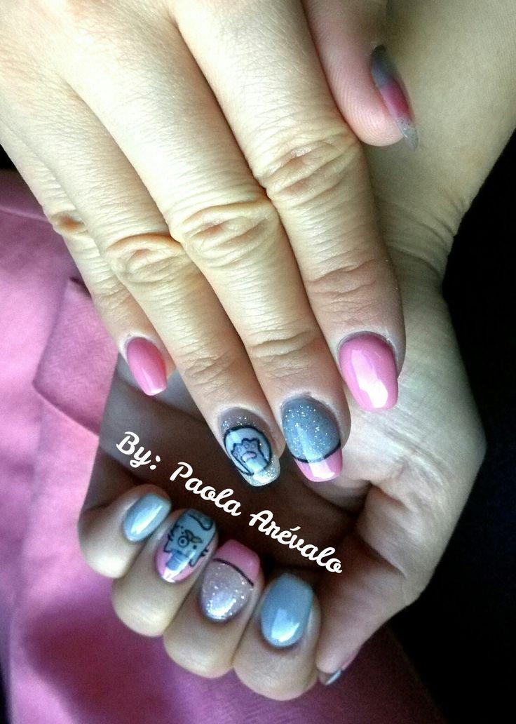 Uñas acrilicas rosadas y gris con decoración de gato
