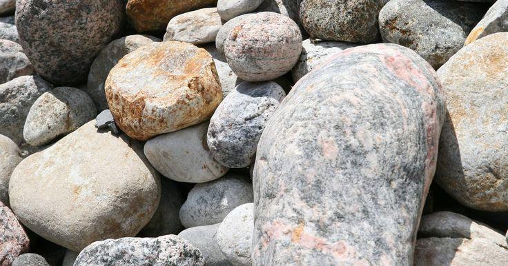 Como decorar um quintal com cascalho, areia e pedras. Decorar um jardim com cascalho, areia e pedra adiciona um visual balanceado em um jardim. Os materiais são duráveis, fáceis de se trabalhar e não custam muito. Quando usado como substituto para cobertura de solo, o cascalho adiciona um acabamento suave a um jardim. Pedras grandes adicionam contornos a jardins ou ladeiras, enquanto pedras menores ...