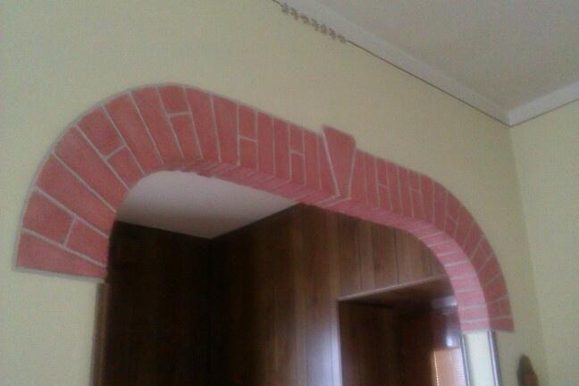 Esecuzione di un arco a finti mattoni eseguito a mano  con prodotti decorativi
