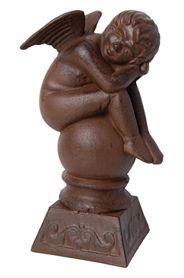 Öntöttvasból készült gömbön ülő angyalka dísz.Mérete: magasság: 30 cm, szélesség: 17 cm, mélység: 12 cmSúlya: 4,7 kg