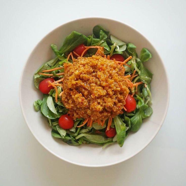 Hora de comer!  Ensalada de canónigos zanahoria rallada y tomatitos cherry con quinoa lenteja roja y verduritas cocidas a fuego lento con el caldo de zanahoria @anetonatural de @mydietbox de junio