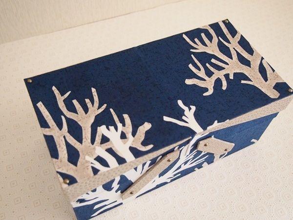 今月の課題作品が完成!既製のスライド金具は何度か使いましたがこの作品にはカルトンで作ったスライド板を使用お気に入りの珊瑚柄もインパクトありますふたはスキバル<ニトロリン白茶>サンゴの色に合わせましたこのふた、トレイになりこのように箱が収まりますそれで、ふたのコーナーにアンテーィクのピンを付けています...