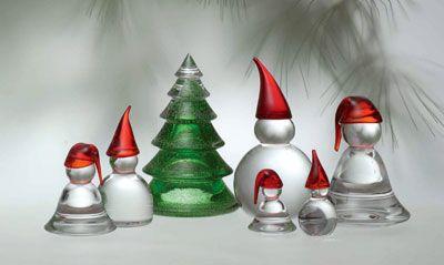 Hadeland Glassnisser med røde luer. Har 2stk nissemor, mangler nissefar, nissebarna og nissebesteforeldre...