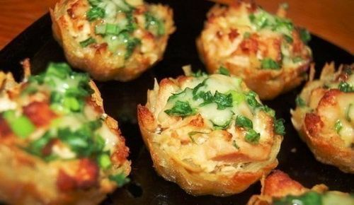 Тарталетки из картофеля с куриным филе под чесночно-сырным соусом