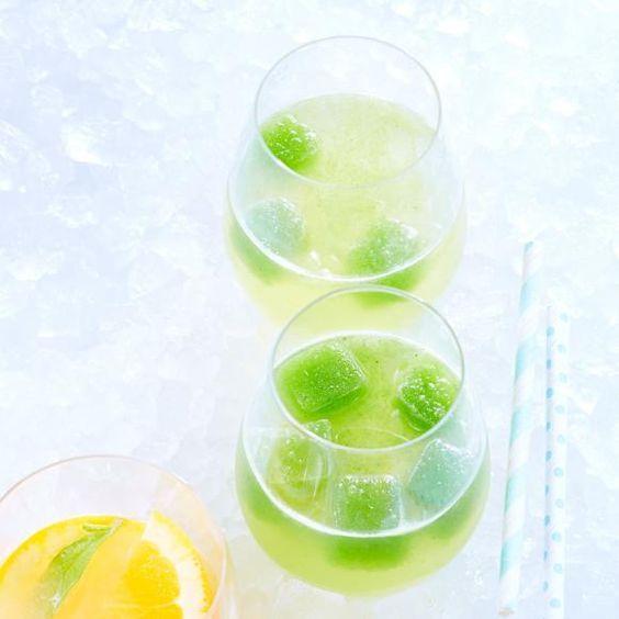 Rezept: Lillet Fizz mit Gurken-Eiswürfeln. Der Fizz mit Lillet schmeckt säuerlich und gleichzeitig total frisch durch die selbst gemachten Eiswürfel aus Gurkensaft.