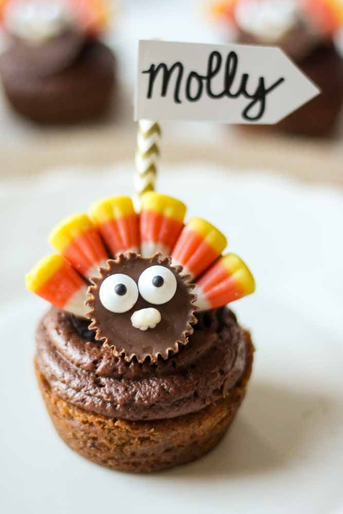 Are you looking for a fun and creative way to set your Thanksgiving day table? Then look no further than these adorable Thanksgiving Cookie