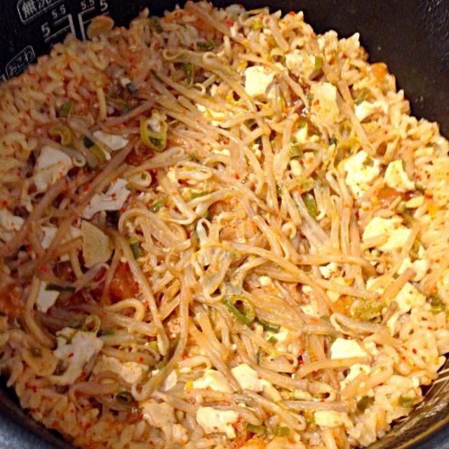 昨日の中本麻婆入りの味噌ラーメンスープで炊き込みご飯作ってみました! いい具合に具も残ってて旨いです。 ラーメンスープを捨てちゃうのはもったいないので炊き込みご飯にするのがオススメです! - 92件のもぐもぐ - 味噌ラーメンの残りスープで炊き込みご飯! by lemonpai2001