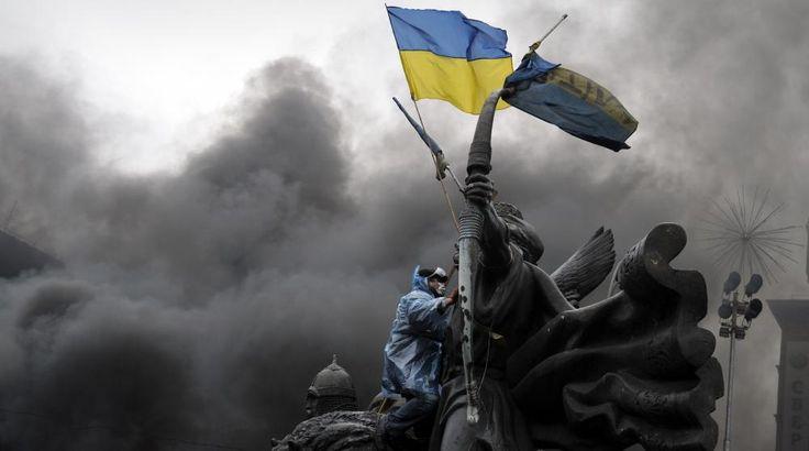 UKRAINE   Un manifestant à Kiev brandit un drapeau ukrainien, le 20 février 2014.   LOUISA GOULIAMAKI / AFP