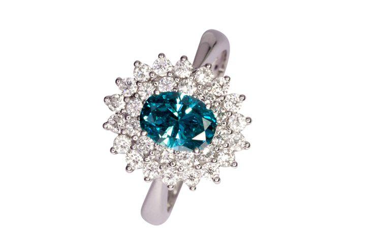 Creazioni in oro bianco e oro rosa  con i diamanti colorati blu, gialli, verdi.